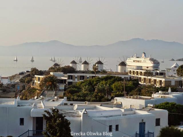 wiatraki Mykonos, żaglówki na morzu, prom w porcie, jesienna sceneria Mykonos Grecja