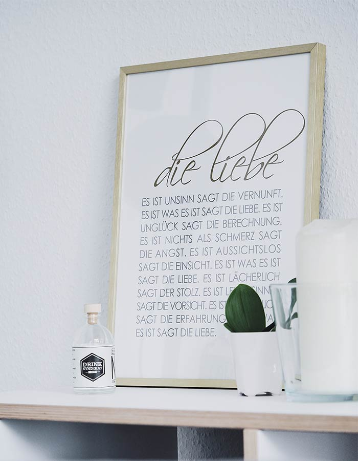 Prateleira com itens de decoração: quadro, planta e vela.Uma ótima ideia para decorar um cantinho do quarto!