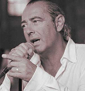 Luca Carboni canta Farfallina dall'album Luca Carboni