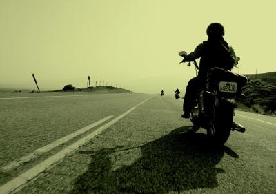 Foto de una moto en carretera