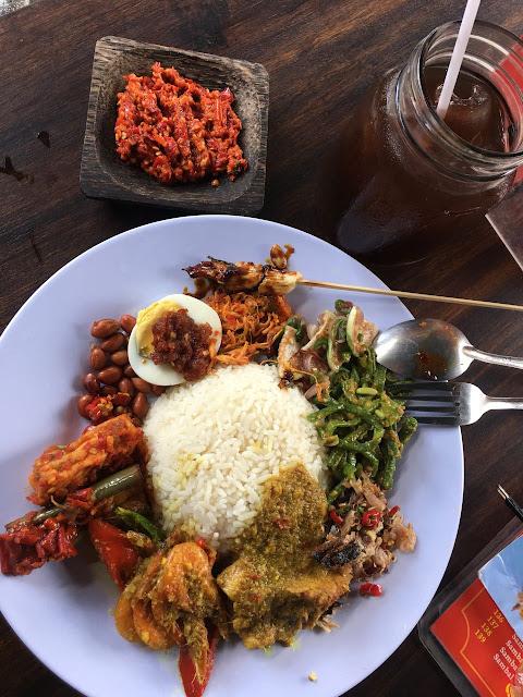 Nasi Campur Ayam adalah Makanan khas Bali