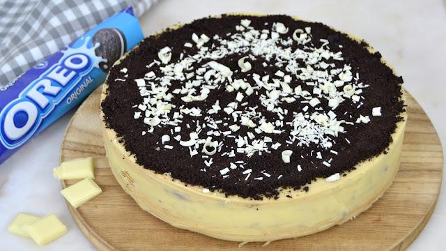 Tarta de obleas y chocolate blanco con Oreos ¡Sin horno!