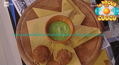 Cheeseburger di cipolla con salsa ai peperoni verdi ricetta Mainardi da Prova del Cuoco