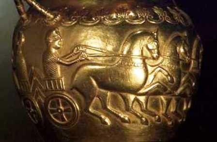 Tepaná výzdoba na nádobě na víno s koňským zápřahem