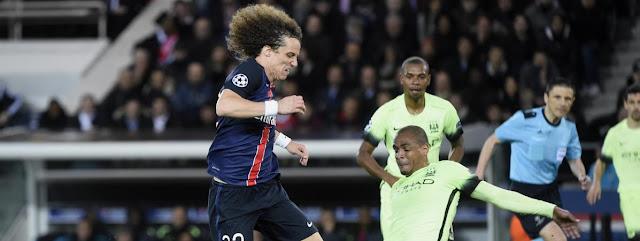 Le défenseur du PSG David Luiz à la lutte avec le milieu de Manchester City Fernando, en quart de finale aller de la Ligue des champions, mercredi 6 avril 2016 au Parc des Princes.