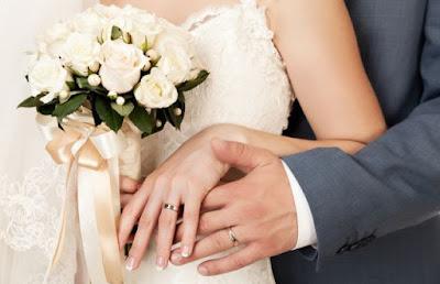 Cincin pernikahan di jari manis suami-isteri.