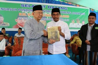 Bupati Boltim, Sehan Salim Landjar SH foto bersama pengasuh Pompes Tebuireng Jombang KH. Salahuddin Wahid.