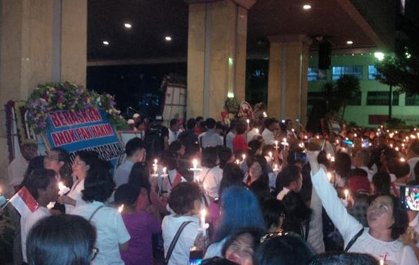 Nyalakan Lilin, Ratusan Pendukung Ahok Langgar Aturan Pemprov DKI