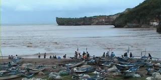 wisatawan di Pantai Baron di serang ubur-ubur
