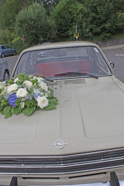 Autoschmuck - Oldtimer zur Hochzeit Opel C Kadett - Sommerliche Vintage-Hochzeit in Himmelblau und Weiß im Riessersee Hotel Garmisch-Partenkirchen - blue white vintage wedding in Bavaria - #Riessersee #Garmisch #Hochzeitshotel #Bayern #wedding venue #Bavaria #Vintage #Himmelblau