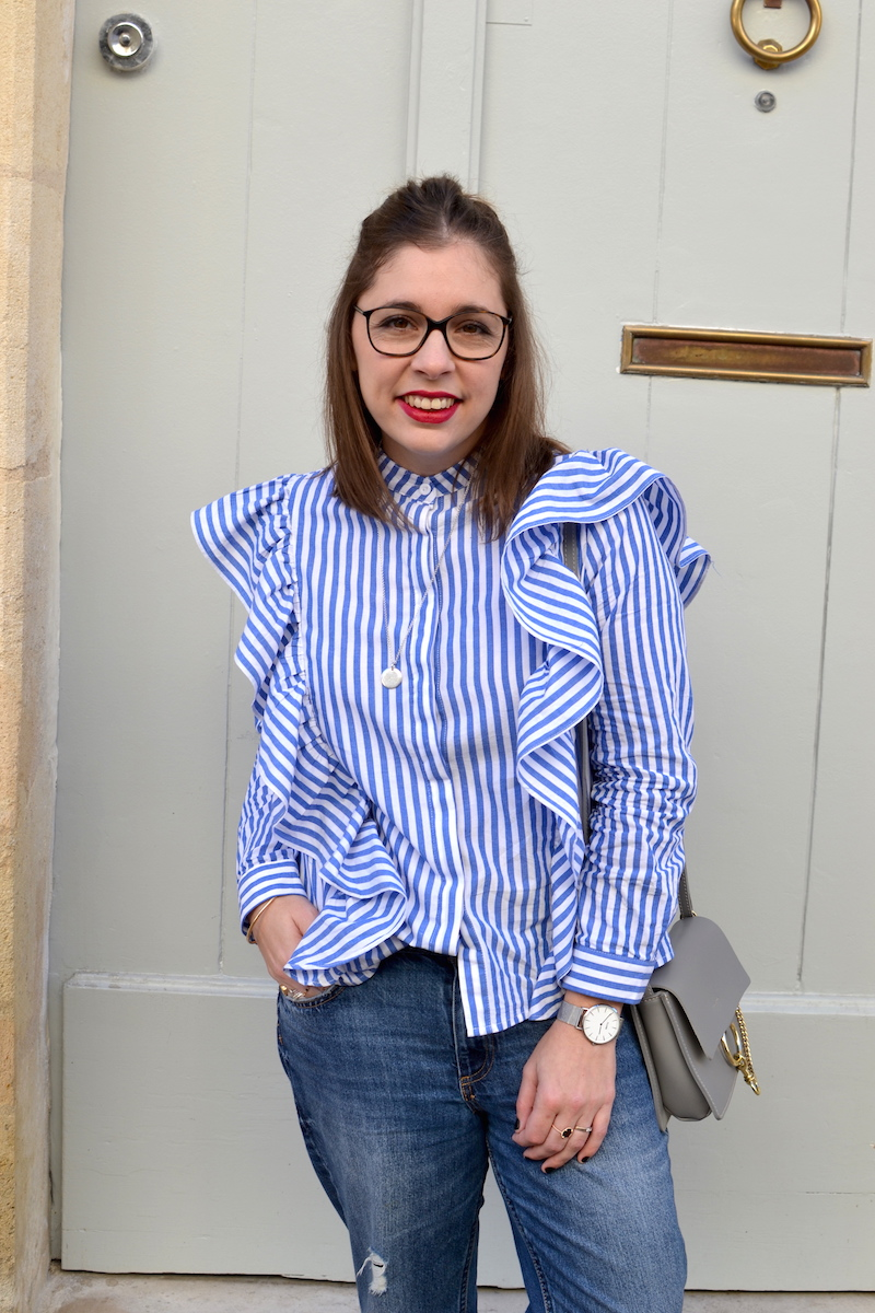 chemise à volant Sheinside, jean relaxed H&M, sac gris Idriss, médaille l'atelier d'amaya