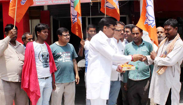 BJP leaders and workers distributed lambs on the birthday of Chief Minister Manohar Lal