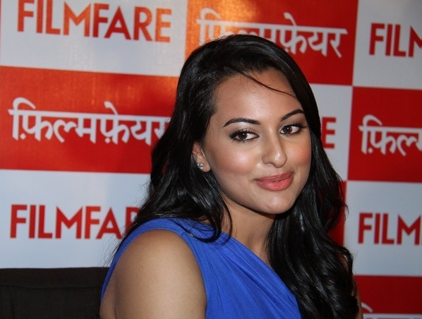 Sonakshi Sinha Oily Face Close Up Stills In Blue Dress At Film Fare Awards