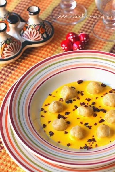 Chicche di patate con crema di  parmigiano allo zafferano e briciole di salsiccia