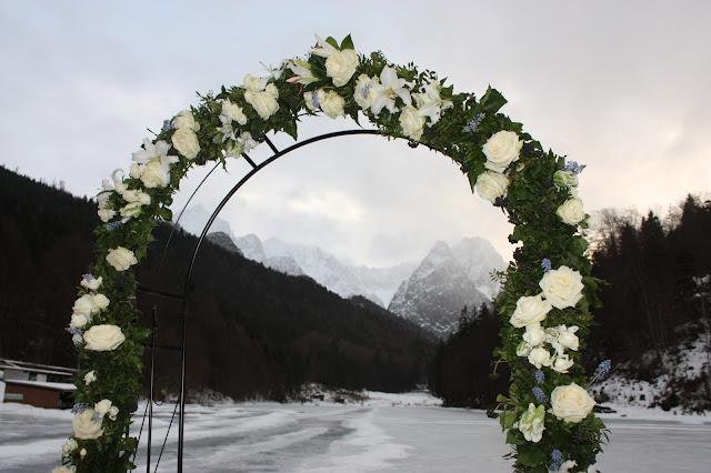 Wintertrauung am See, Eisblau und Leuchtrot, Winterhochzeit in den Bergen von Bayern, Riessersee Hochzeitshotel Garmisch-Partenkirchen, Winter wedding in Bavaria, Germany