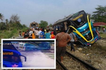 Video Kereta Api Tabrak Bus, 3 Maut 30 Luka-luka