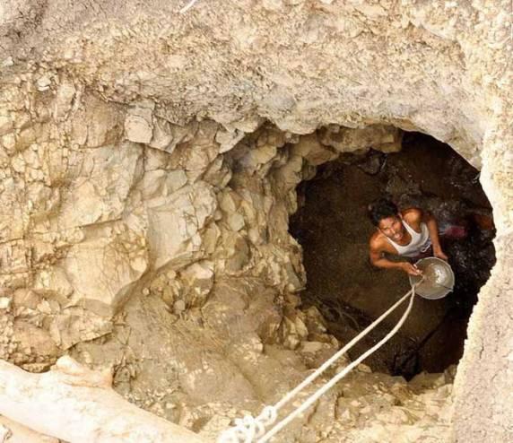 هذا الرجل قضى 40 يوماً يحفر في بئر من أجل زوجته! سخر منه اهل قريته لكن ماذا فعل بعد انتهائه!!