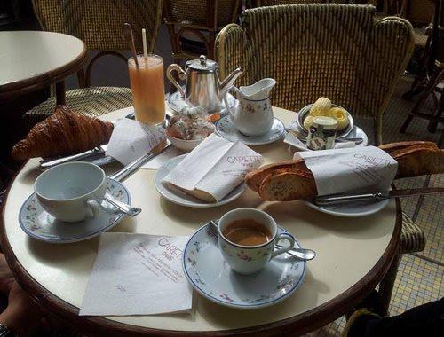 Lãng mạn cà phê ở góc phố Paris