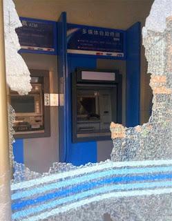nenek berusia 88 mengamuk dan menghancurkan mesin ATM