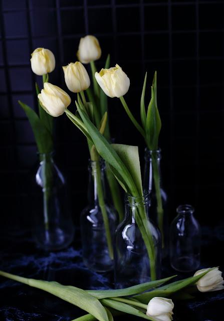 #tulppaanitorstai, tulips, glassbottle, still life