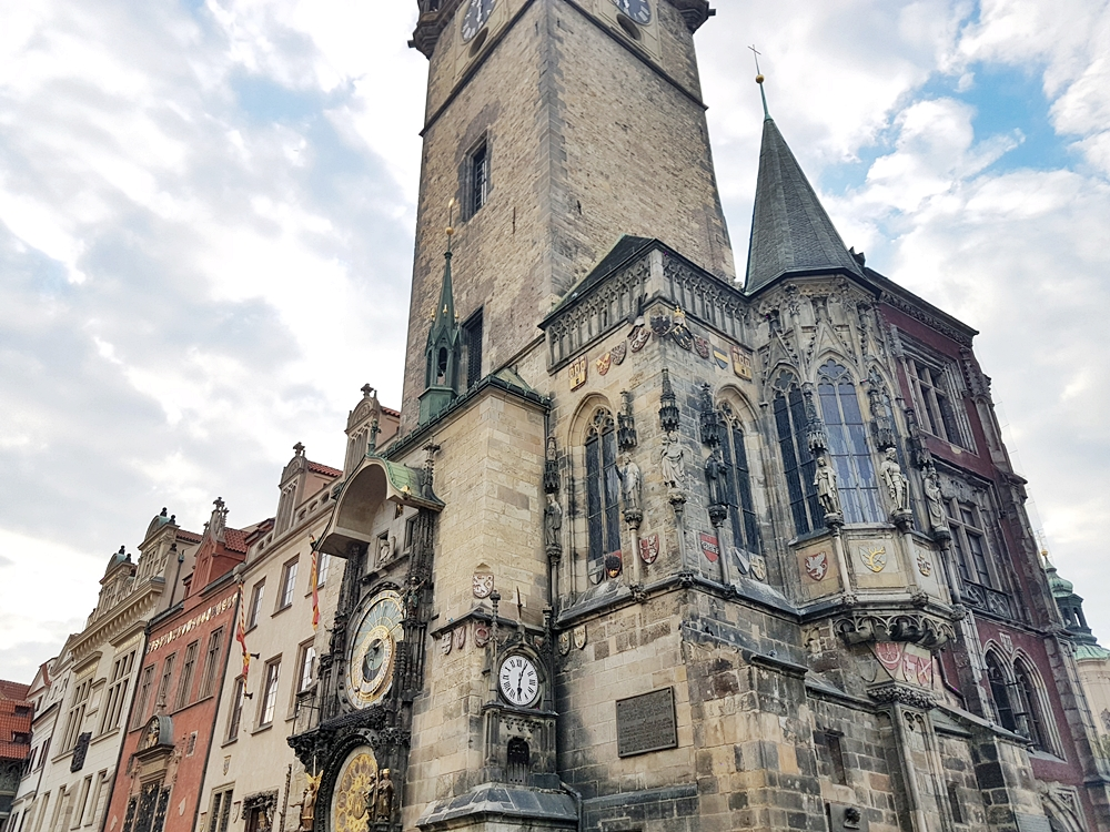 DELUXSHIONIST TRIP TO PRAGUE CZECH REPUBLIC ASTRONOMICAL CLOCK