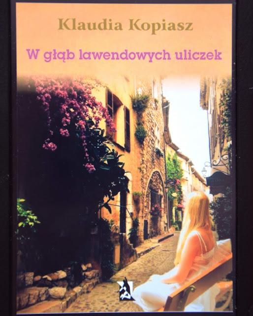 """Recenzje #49 - """"W głąb lawendowych uliczek"""" - okładka książki Klaudii Kopiasz pt. """"W gląb lawendowych uliczek"""" - Francuski przy kawie"""