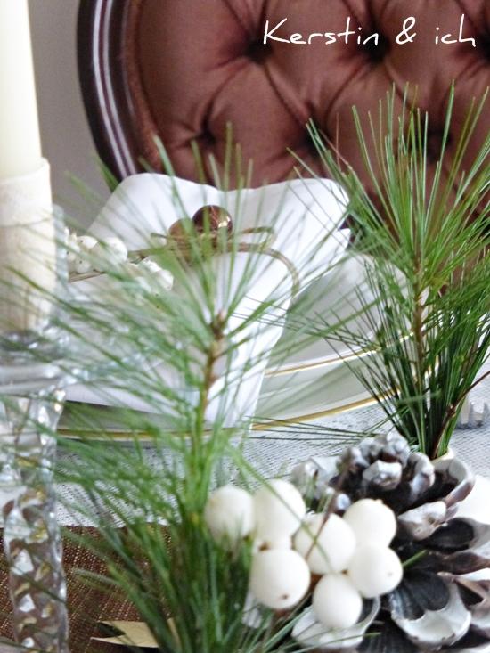 Tischdeko Weihnachten mit Kiefernzweigen
