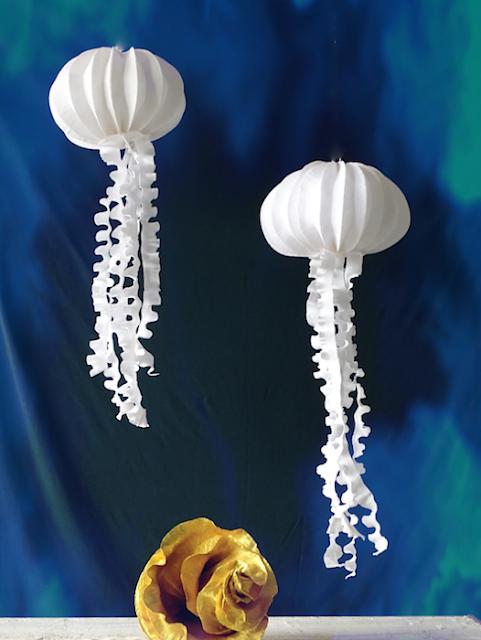 Allestimenti di carta a tema marino: meduse luminescenti, gasteropodi