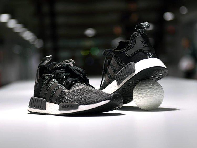 Sepatu sneakers memang sepatu yang paling nyaman dipakai. Bahannya yang  ringan membuat sepatu ini enak digunakan sehari-hari untuk beraktivitas 9e66ddb0e2