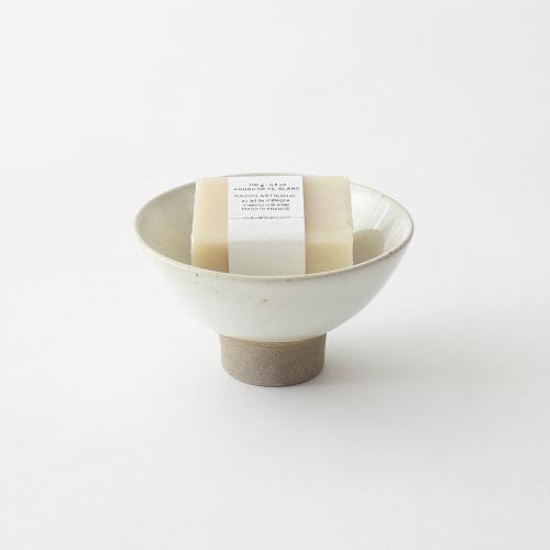 In einer weißen Schale liegt ein weißes Stück Seife