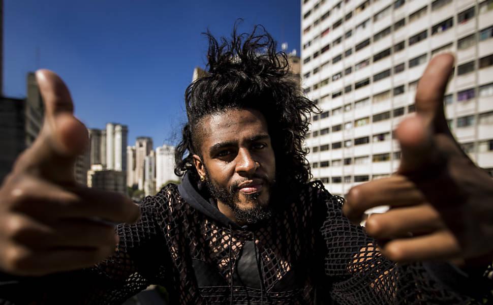 Rapper brasileiro Rico Dalasam estreia turnê na Parada LGBT do Canadá