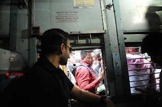 Bollywood Actor Vivek Oberoi Snapped Travelling by Local Train to Kelve  0019.JPG