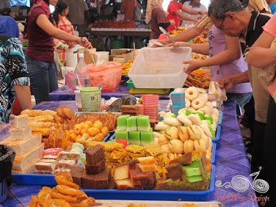 Colorful kuih-muih (pastries, cakes, cookies, biscuits, etc. etc.)