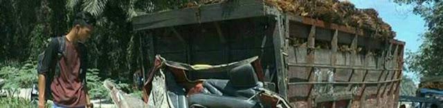 Warga melihat truk yang rusak ditabrak kereta api di Meranti Asahan.