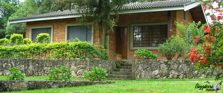 Em frente a casa de hospedes nesse sítio em Bragança Paulista executamos os muros de pedra, as escadas de pedra e a execução do paisagismo.