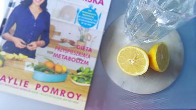 cytryna, szklanka wody, książka