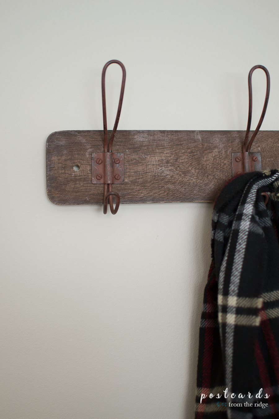 This rustic wall rack with hooks is perfect for a farmhouse entry or laundry room, or even a bedroom!