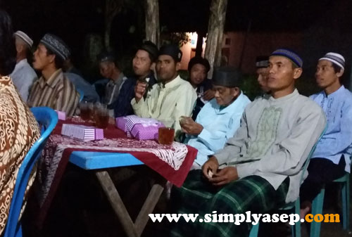 HABIS : Para tamu undangan menikmati nasi kotaknya. Banyak yang sudah habis. Ada yang dibawa pulang seperti saya malam itu. Foto Asep Haryono