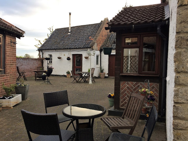 pub, leicestershire, Geese and Fountain