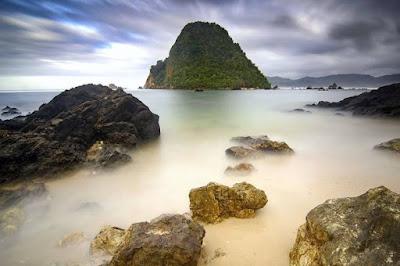 Tujuan ngehits yang spesial - Pantai Pulau Merah