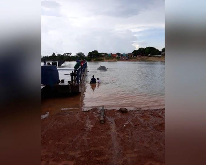 Empurrador e carregadeira afundam no rio do garimpo Jardim do Ouro.