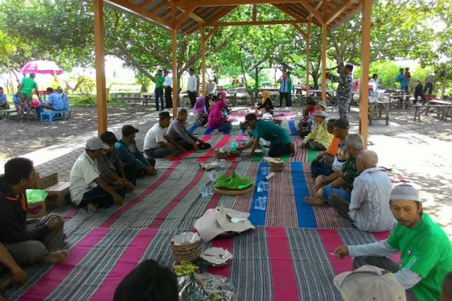 Tradisi Rebo Pungkasan di Pantai Cacalan, Banyuwangi.