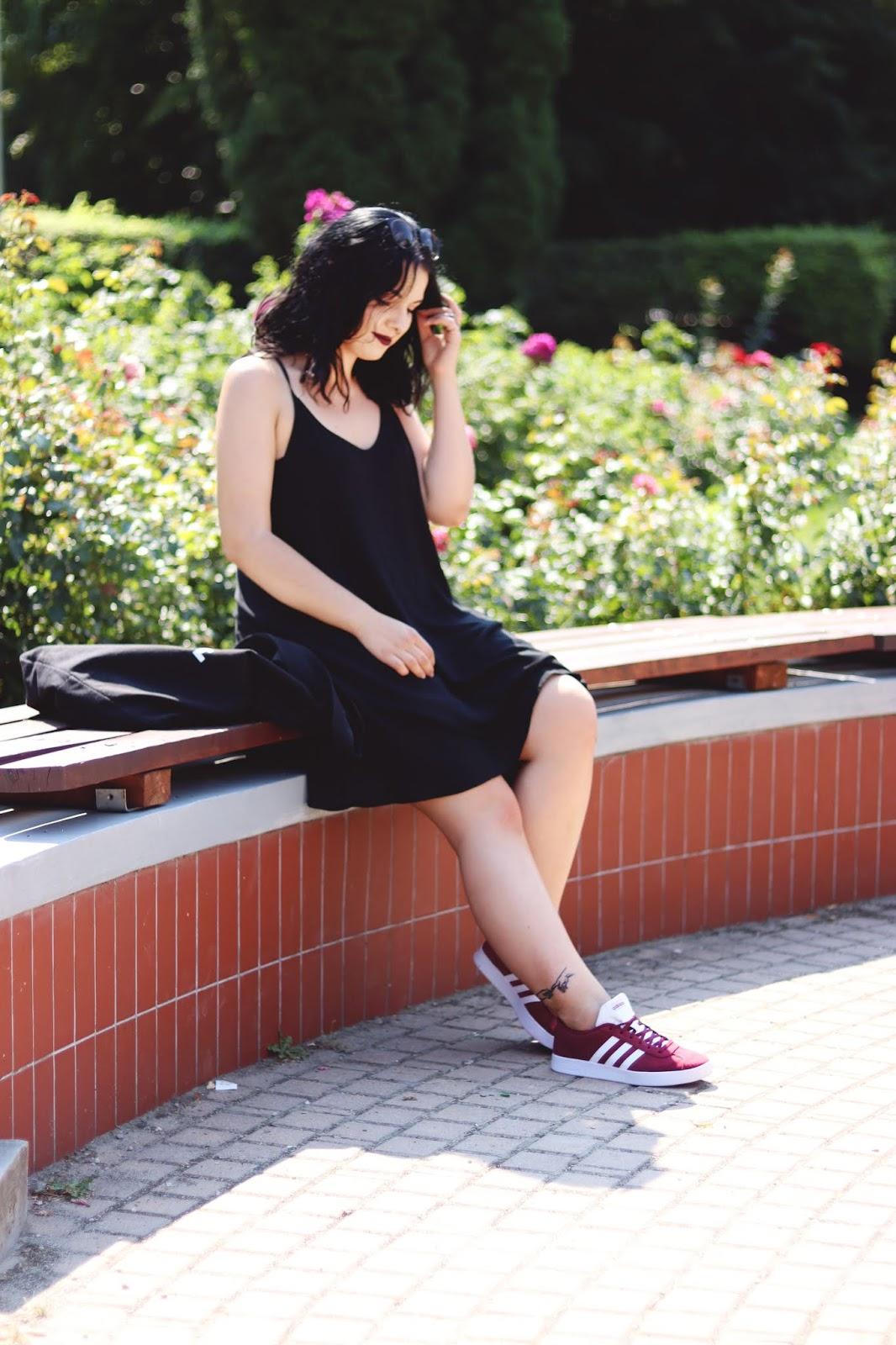 Czarna luźna sukienka na ramiączkach