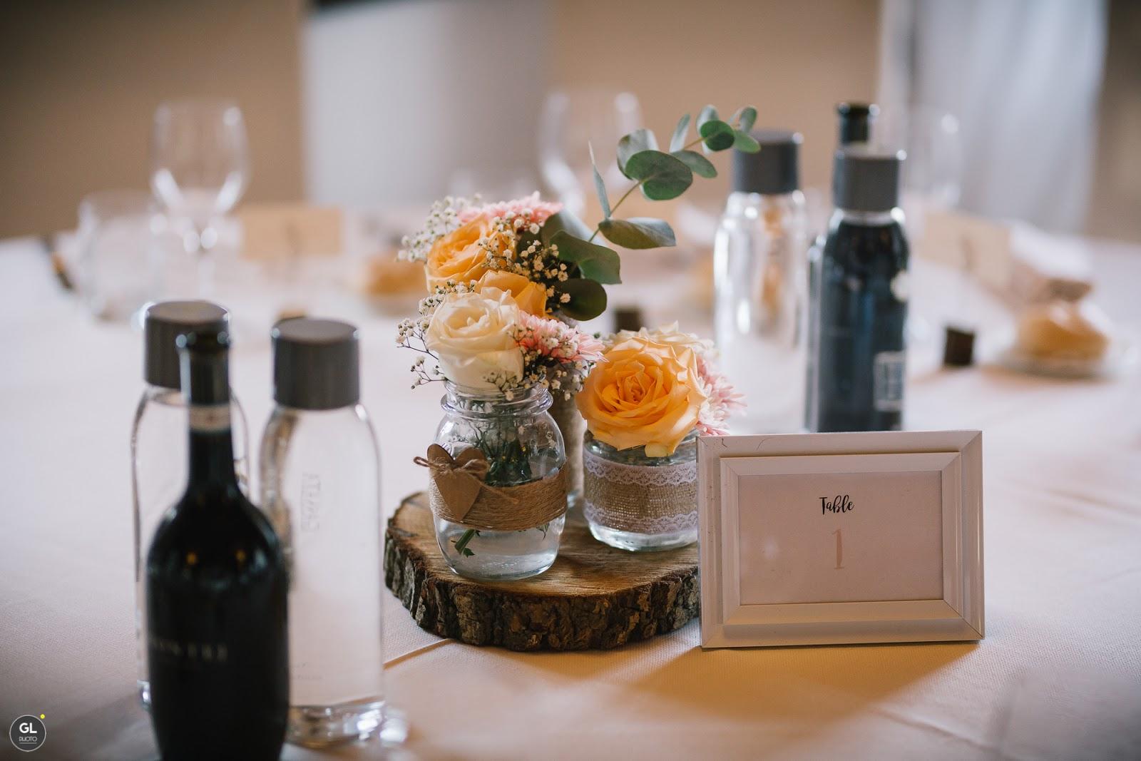 Tavolo matrimonio rustico legno e vasetti di vetro