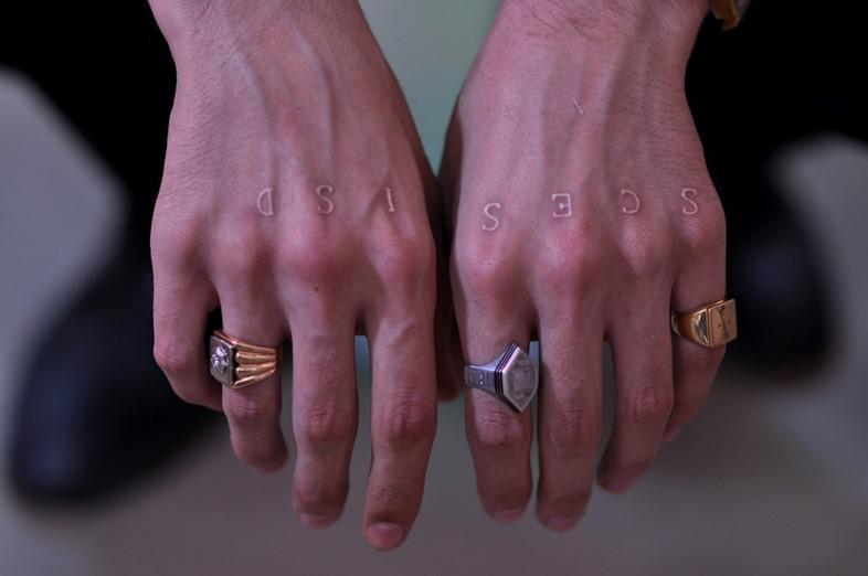 tatuaje blanco en los nudillos para hombre