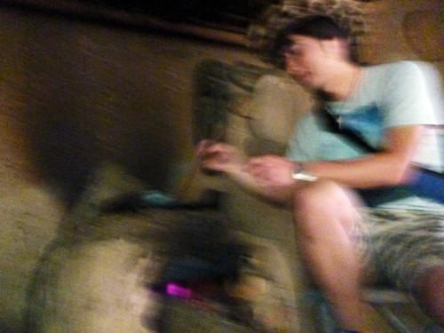 薪をくべた石窯での素朴な煎り方