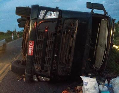 Caminhão tomba na BA-130, entre Várzea da Roça e São José do Jacuípe