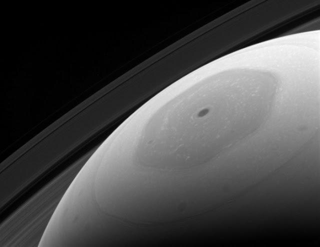 Cơn bão hình lục giác trên cực bắc của Sao Thổ, một cơn bão đã hình thành và chưa có dấu hiệu tan rã trong suốt 30 năm qua. Hình ảnh: NASA/JPL.