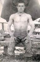 Karakucak Güreşçisi Yaşar Doğunun 20 yaşında olduğu eski bir siyah-beyaz fotoğrafı