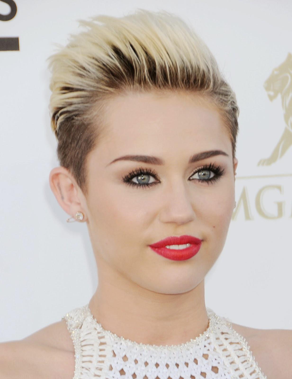 Miley Cyrus faz selfie nos bastidores do show em SP